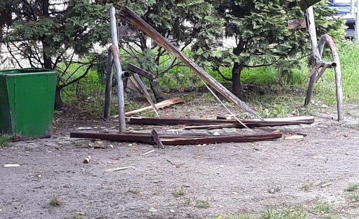 Zniszczono ławki na Skwerze Haliny Lerman
